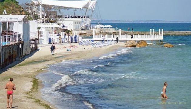 В Одессе загорают и даже уже купаются в море