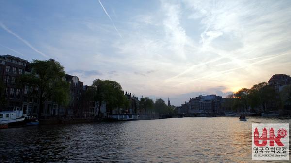 암스테르담 유람선을 타고 운하 사이사이를 관광도 해 봅니다.