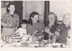 Sünnipäev Usindis. Paremalt: Ann Ader (Ooniidi talu), Reet Rist (Annima talu), Leida Mark (Lepaku), Mark Meelis, Helmi Talk (Usindi).