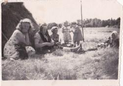 Heinatöö, vasakult: Mark Leida, Ann Kakkum, Helmi Talk, Mare Laaster, Ester Talk, Elisabeth Siinvert.