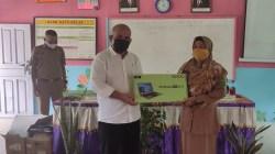 Ketua Komisi I DPRD Natuna Serahkan Bantuan 12 Unit Laptop ke Sekolah