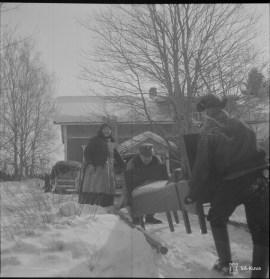 Soldiers helping evacuate Karelians