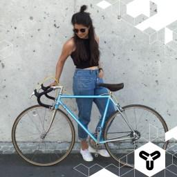 """""""Have fun this summer!"""" Mit einem Rad von Hommage Radgestaltung gelingt das sicher! Inhaber & Bastler Wilhelm und Miguel teilen die Liebe zu den Stahlrennern der 60er bis 90er Jahre. In ihrer Werkstatt am Judenhof wird nach Kundenwunsch restauriert und gebaut. In diesem Fall an einem blauen """"Paletti"""" mit gelben Details. Ziemlich schick. Wir sind minimal neidisch und wünschen eine gute Fahrt! 🚲👌♥️, http://hommage.cc"""