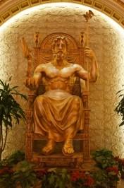 Zeus vor taoistischen Glückswolken