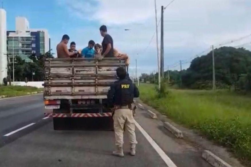 Motorista é flagrado transportando oito pessoas na carroceria de caminhão na Paraíba