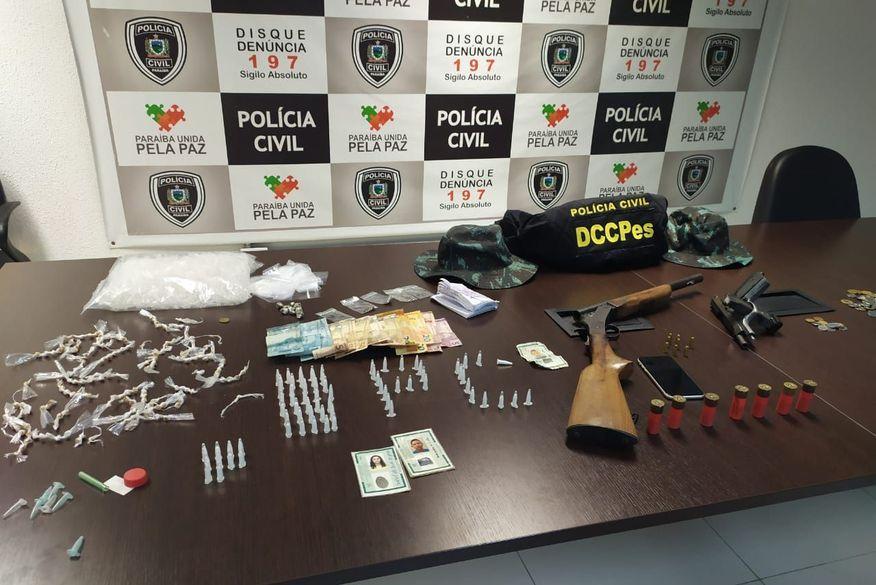 Polícia Civil apreende armas, drogas e dinheiro durante operação no bairro de Mandacaru, em João Pessoa
