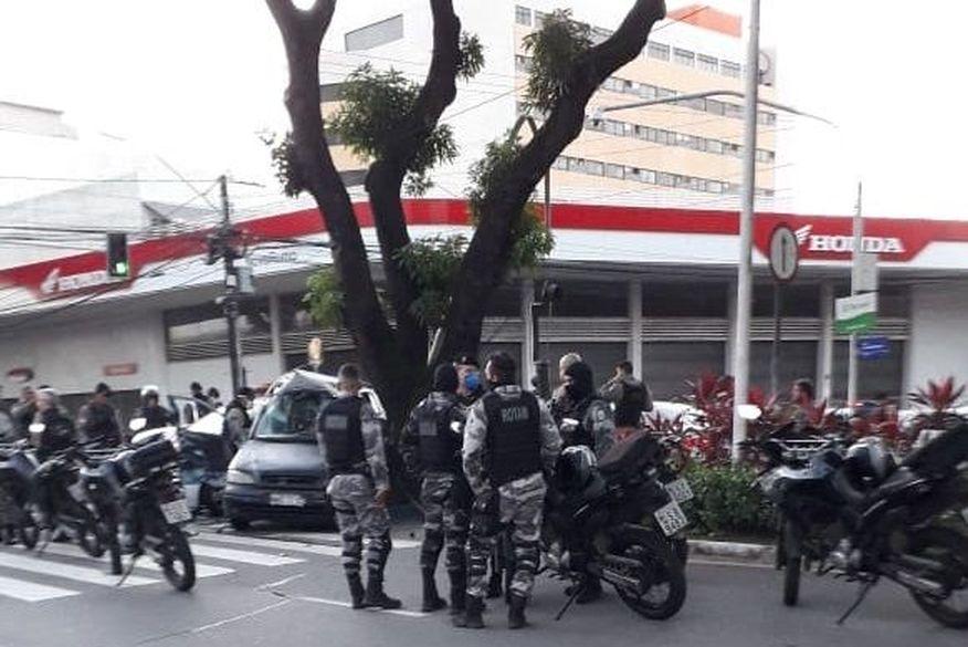 Acidente entre viatura da PM e carro deixa dois policiais e mulher feridos em João Pessoa
