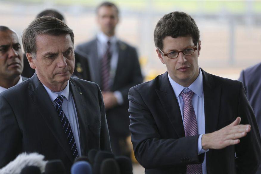 Bolsonaro minimiza desmatamento e diz que Salles fica no governo