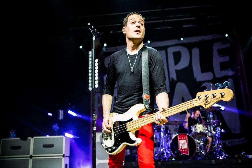 Baixista do Simple Plan deixa a banda e se desculpa após acusações de assédio