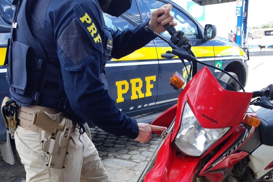 PRF prende dupla em Riachão do Bacamarte e apreende moto roubada há seis anos em João Pessoa