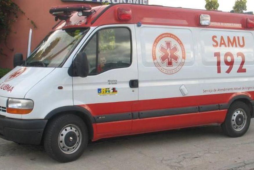 Idoso de 83 anos perde controle de veículo e colide com poste em João Pessoa