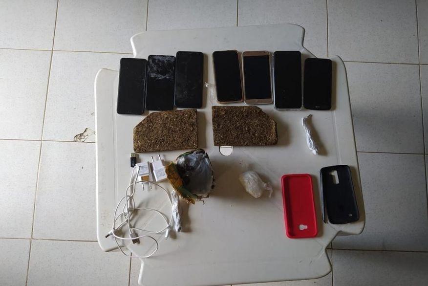 Policiais penais apreendem drogas e celulares que seriam arremessados para dentro da Penitenciária de Cajazeiras