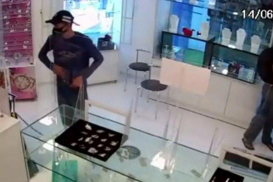 Bandidos arrombam joalheria e roubam relógios em João Pessoa