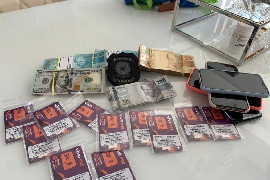 PF apreendeu 35 mil em reais, 1.700 em dólares, carros de luxo e documentos falsos ao capturar foragido do PB1 mais procurado da Paraíba