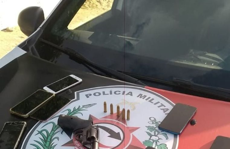 Polícia prende casal suspeito de assaltar perfumaria no Litoral Sul e apreende uma arma de fogo