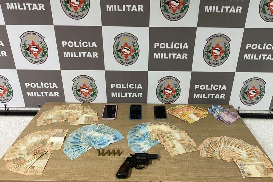 Casal é preso por porte ilegal de arma de fogo e polícia apreende mais de R$ 7 mil dentro de carro em João Pessoa