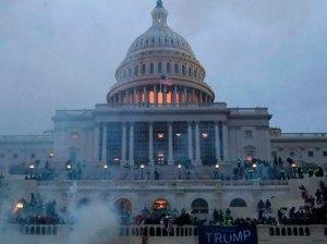 Dos policías demandan a Trump por hechos del Capitolio