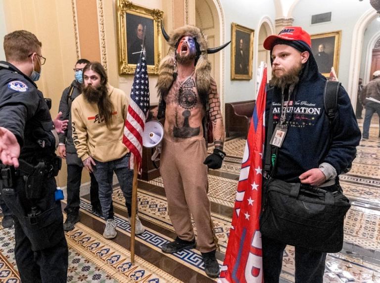 QAnon: la secta distópica que adora a Trump y asaltó el Capitolio