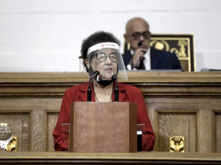 María León quiere oír propuestas de hombres