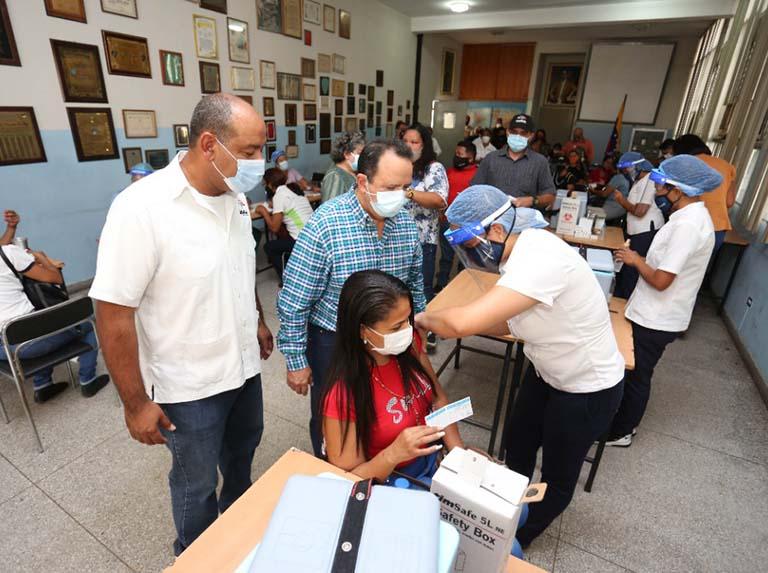 Vacunan contra la covid-19 al personal educativo de Aragua