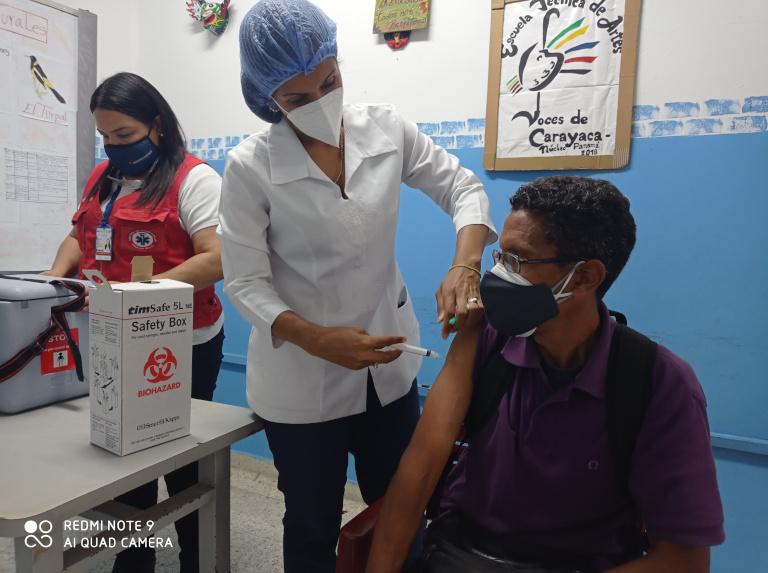 Docentes de La Guaira y Caracas son vacunados con Sinopharm