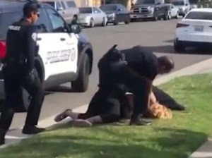 Un policía de EEUU golpea a una mujer durante una detención