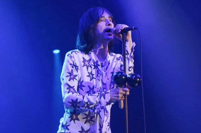 Bobby Gillespie lider de Primal Scream anoche en la Plaza Mayor. FOTO: J.O.