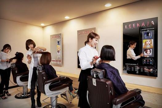 Samsung: Erste verspiegelte OLED Displays beim Friseur eingesetzt