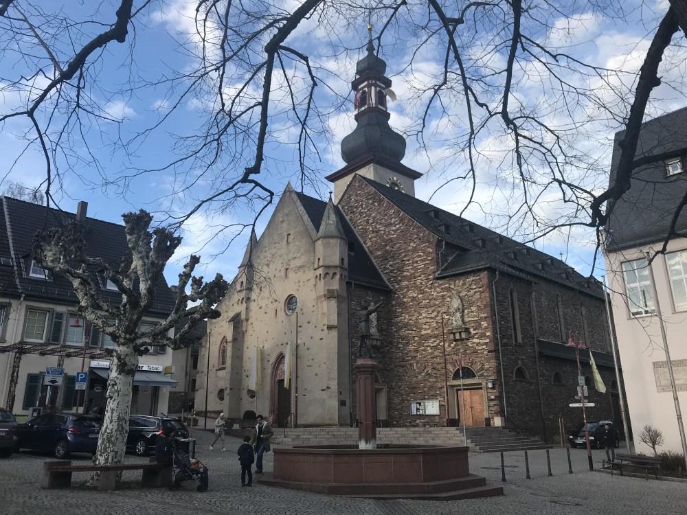 Catedral de Rüdesheim am Rhein. Atrás dela está um ótimo quiosque de vinhos regionais.