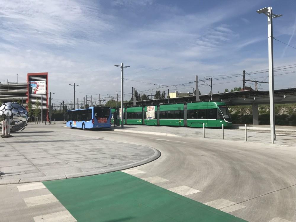 Estação de St. Louis: o ônibus azul vai para o aeroporto e o tram verde para Basel