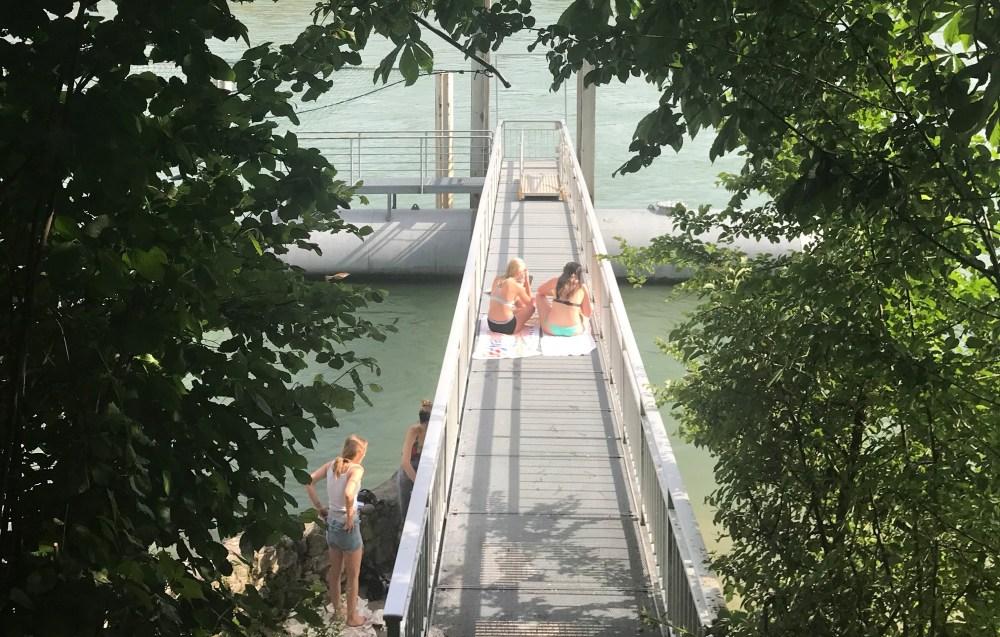 Banhistas à beira do rio Reno em Basel