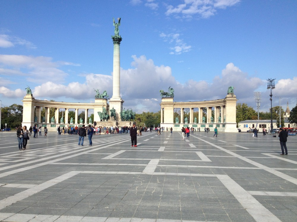 A famosa Praça dos Heróis e suas esculturas