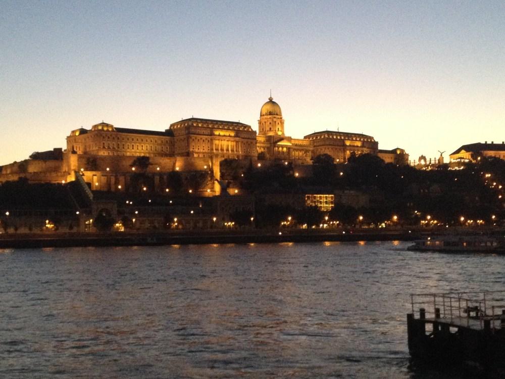Castelo de Budapeste iluminado à noite