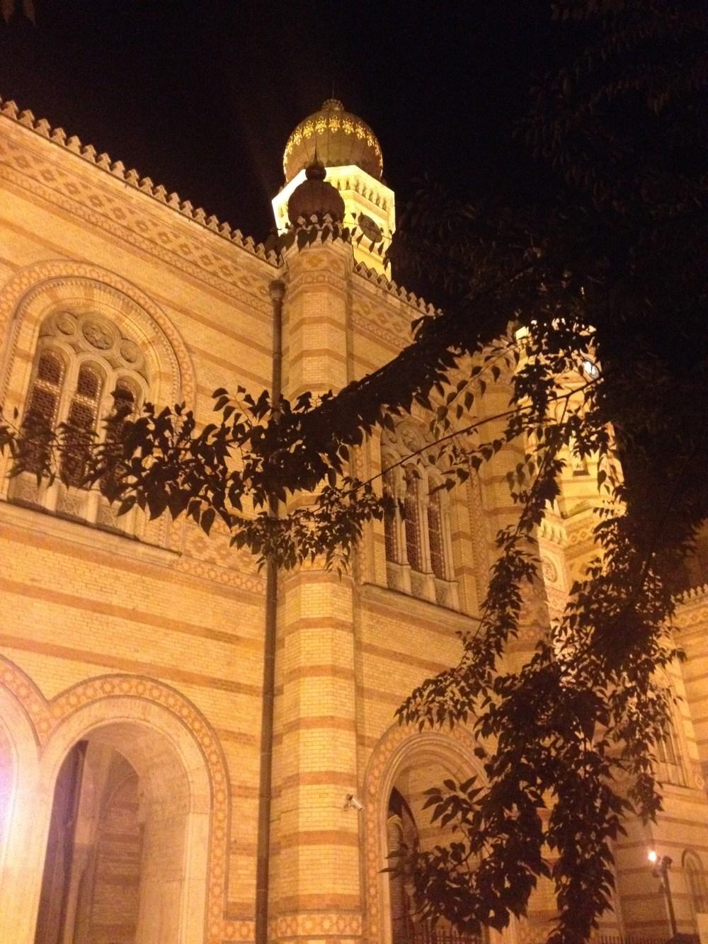 Sinagoga do bairro judeu à noite: ricos detalhes