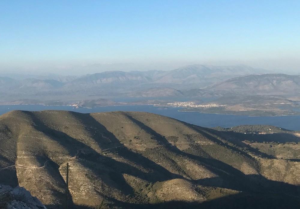 O monte Pantokrator e a vista da costa da Albânia