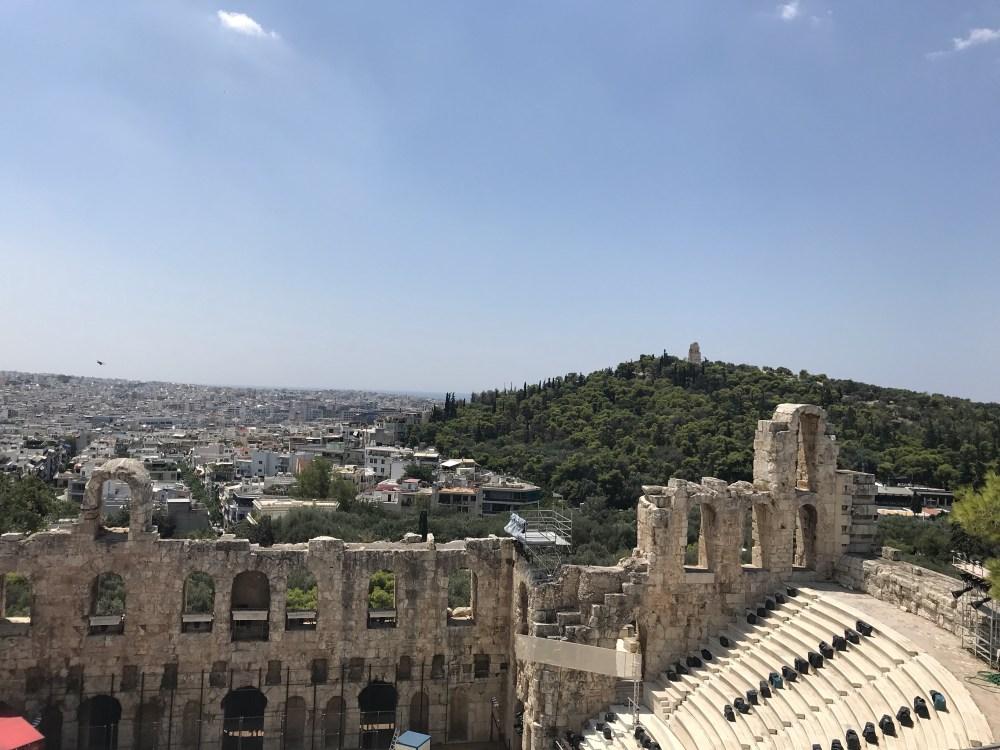 Na Acrópolis, olhando para as demais construções