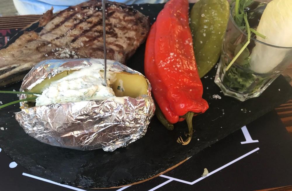 Pratos de carne bem servidos nas