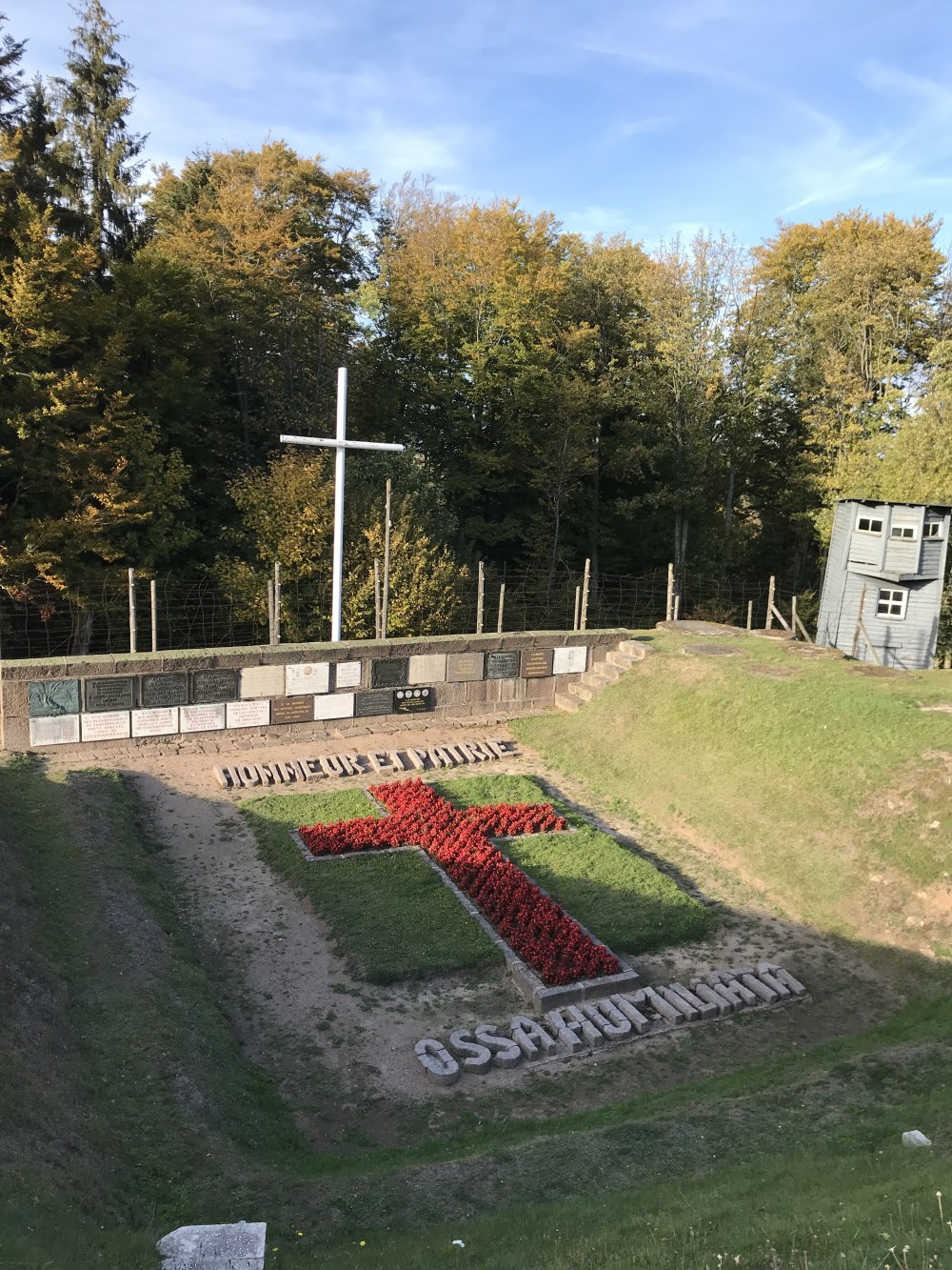 O memorial de Struthof dedicado aos deportados de diversas origens como russos, franceses, poloneses, além de homossexuais presos ou assassinados ali