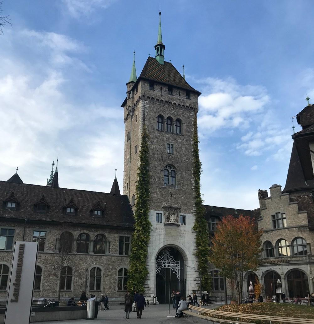 Museu Nacional Suíço, pertinho da estação e da rodoviária