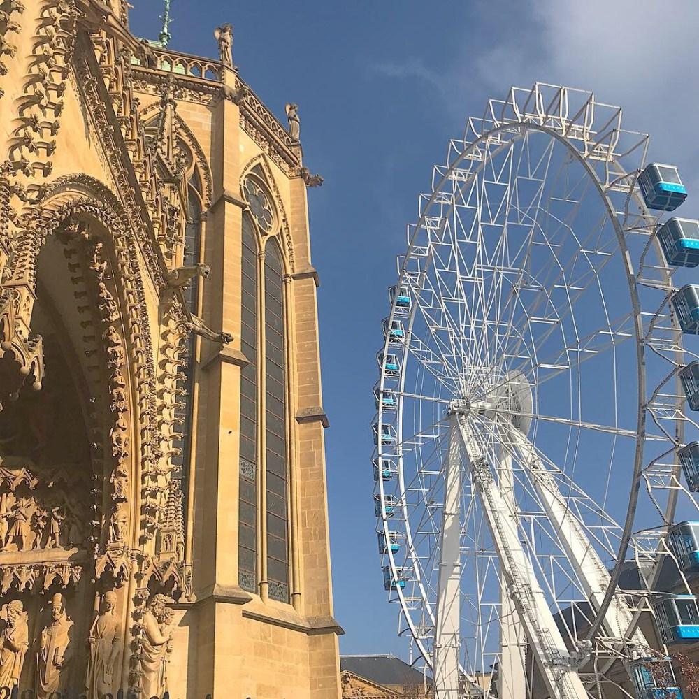 Um mês antes do Natal, como tradição em cidades da região, a praça da catedral recebe um mercado de Natal e uma roda-gigante