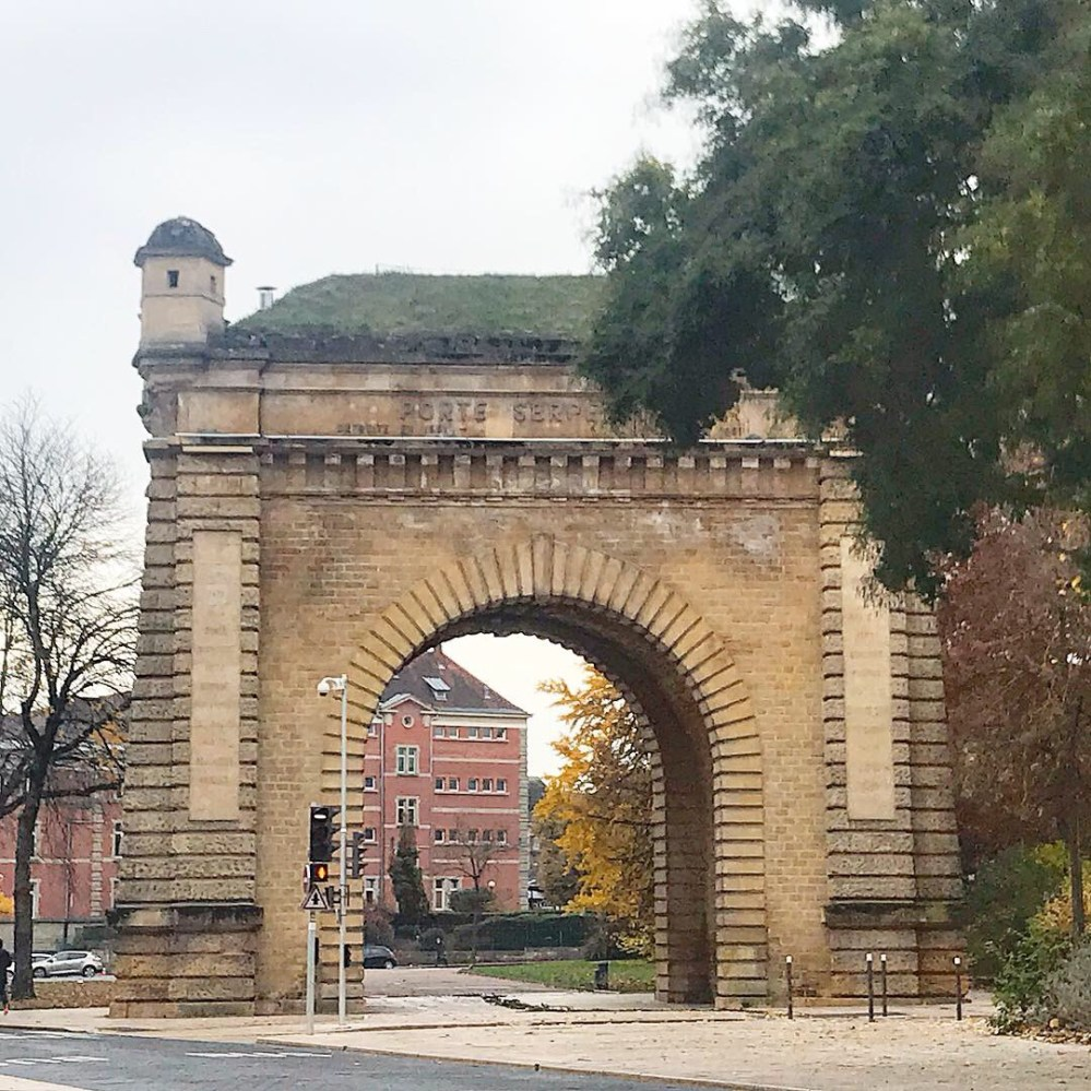 Não é charmosa essa porta de Metz?