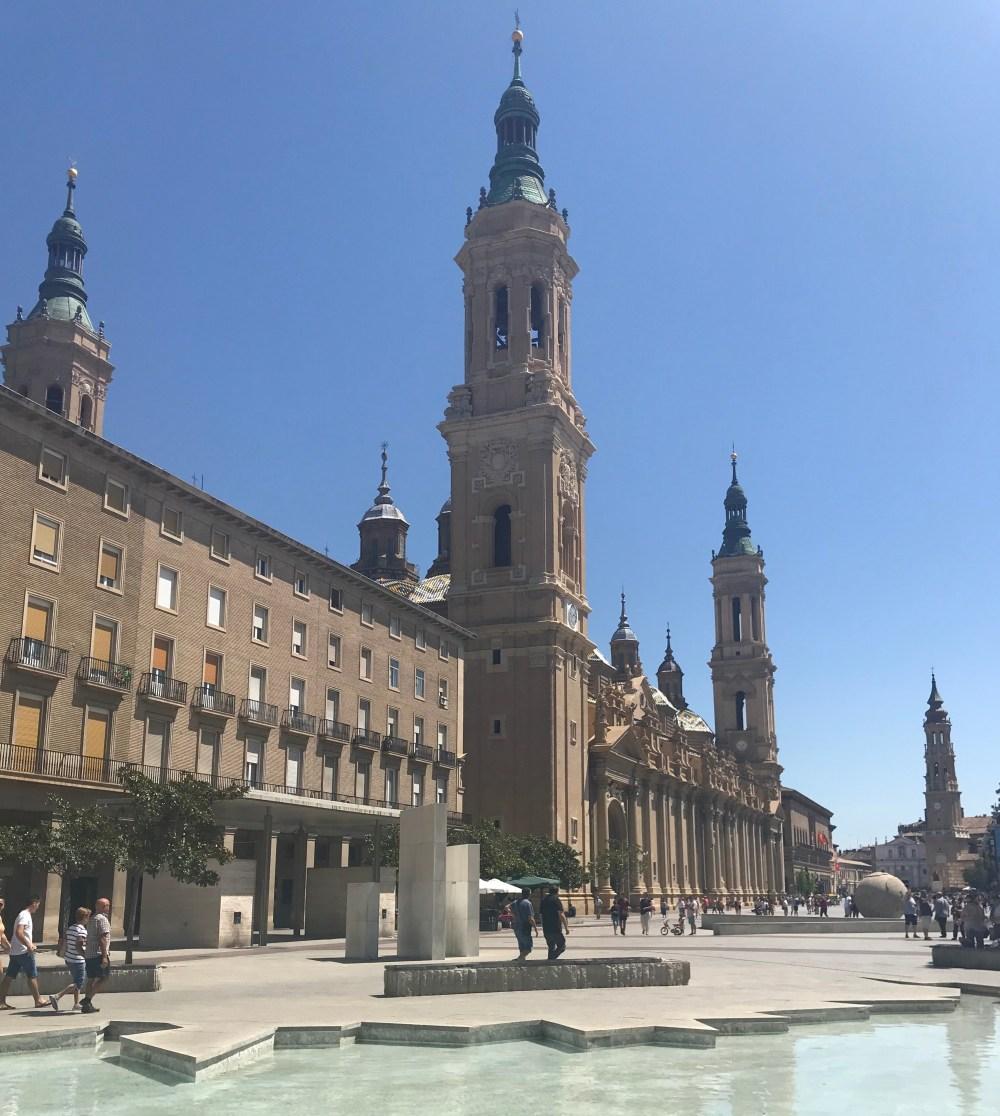 A grandiosa Basília del Pilar vista da praça central de Zaragoza