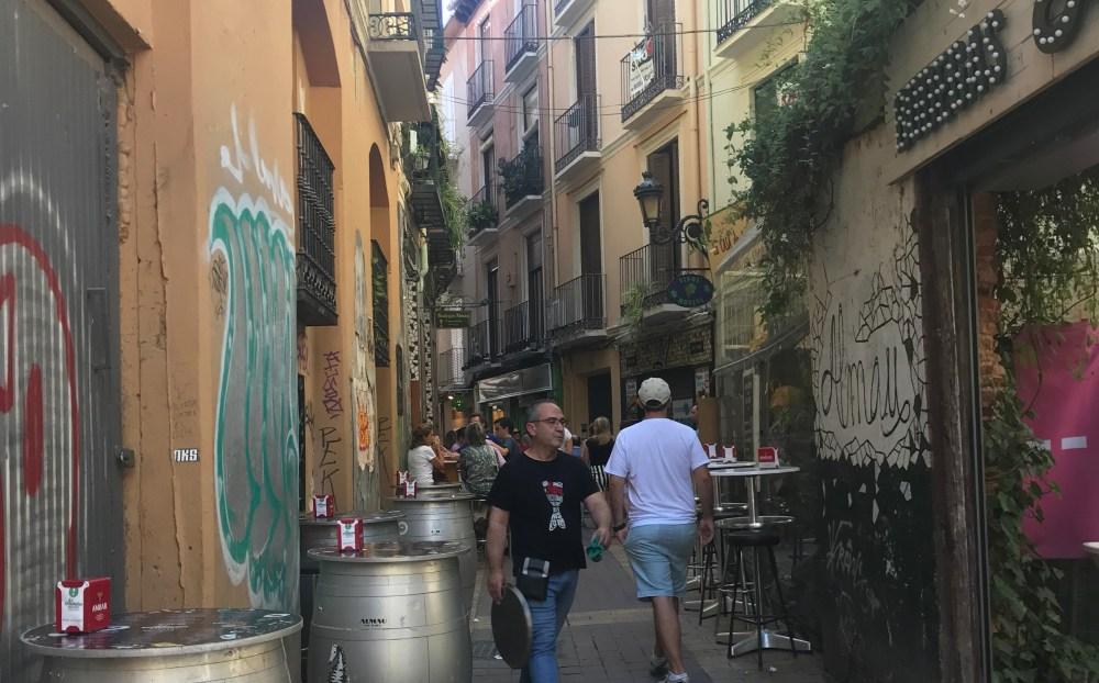 As ruas estreitas do bairro de tapas El Tubo em Zaragoza