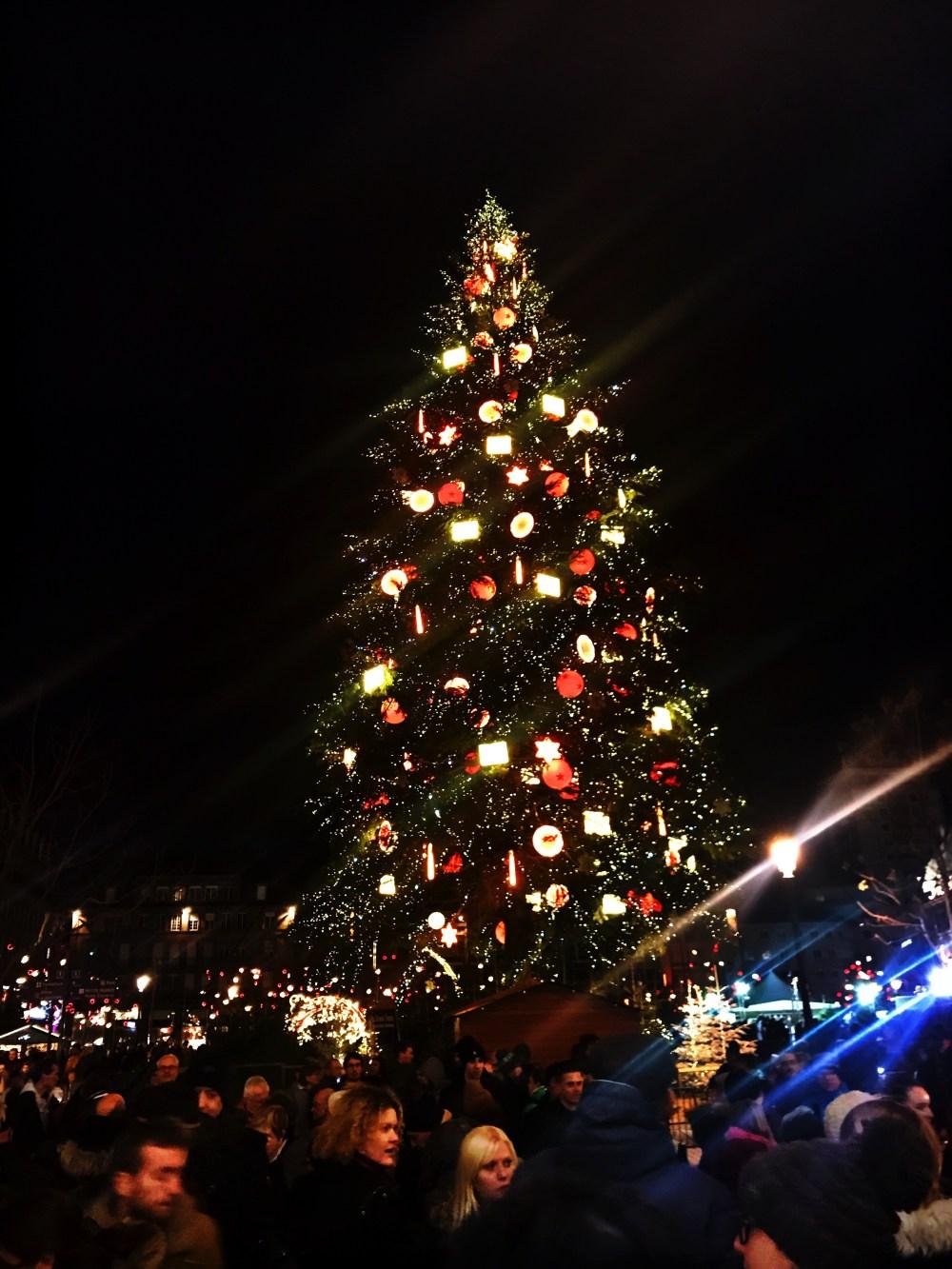 A grande árvore de Strasbourg no Natal