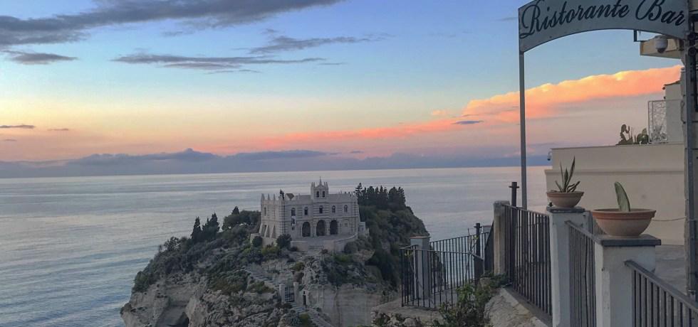 O santuário Santa Maria del'Izola visto de cima de Tropea