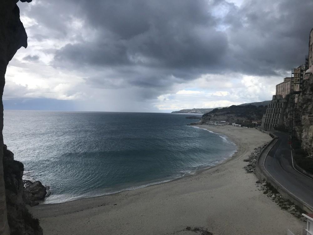 A vista do Santuário olhando para a praia de Tropea