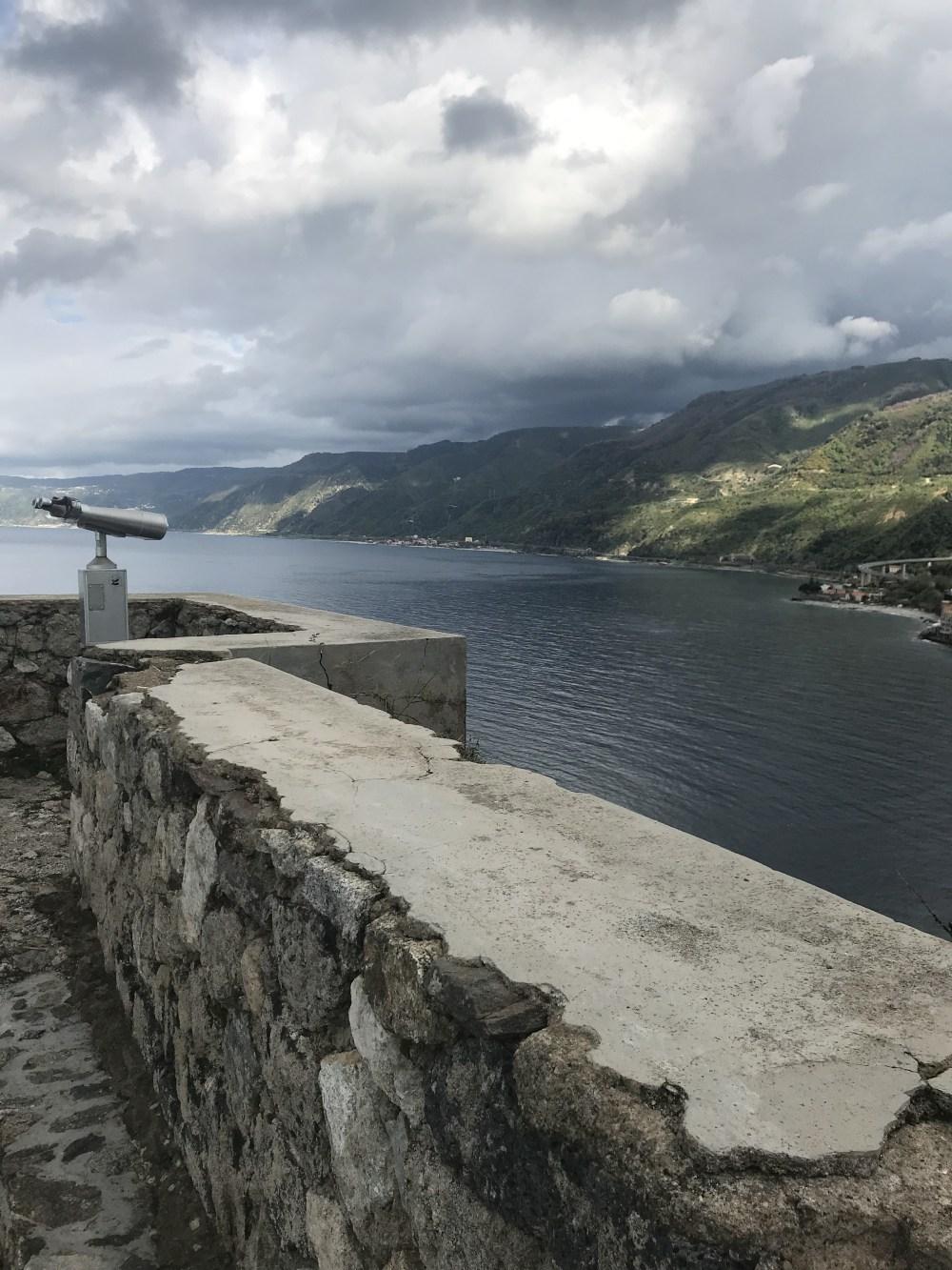 Mais da vista do Castelo Ruffo de Scilla, Calábria