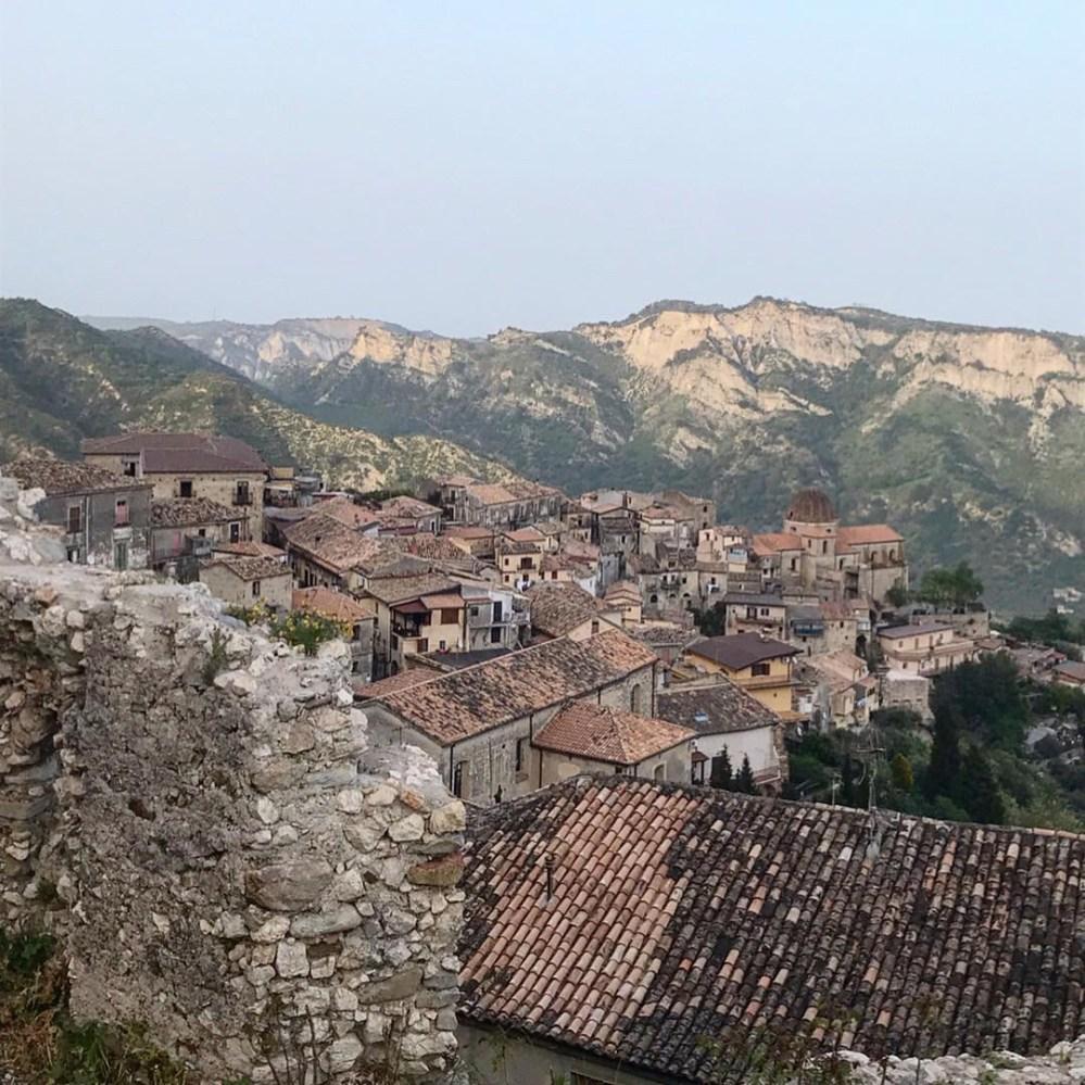 A vista de Stilo olhando de dentro das ruínas da Chiesa Cattolica