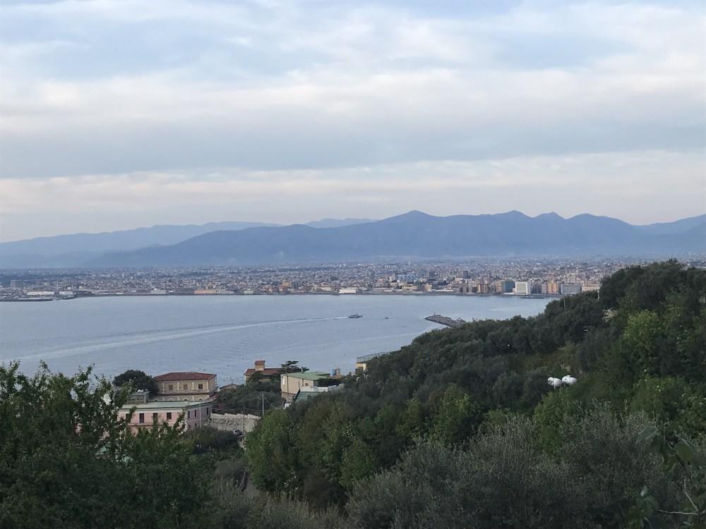 A vista do Airbnb que ficamos fora da rota da Costa Amalfitana, com vista para Nápoles e a Costa Sorrentina