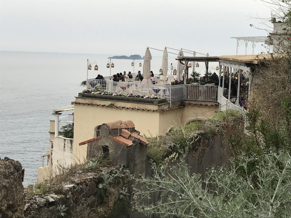 Existem vários lugares charmosos para sentar e admirar a vista de Positano